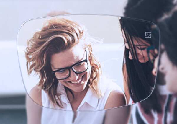 Image of two laughing woman - Advertising Zeiss Vision Lenses